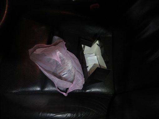 警方在現場發現大量毒咖啡包及K他命。(圖/翻攝畫面)