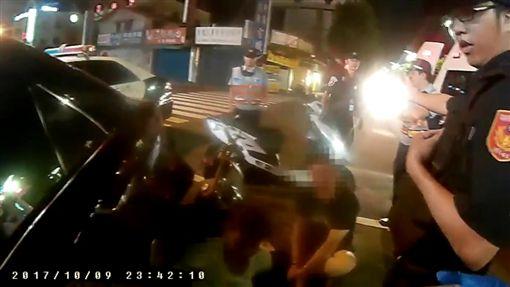 警方將韓、陳2人拖下車控制在地。(圖/翻攝畫面)