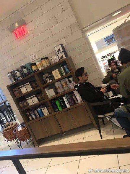 ▲周杰倫和昆凌在加拿大喝咖啡。(圖/翻攝自微博)