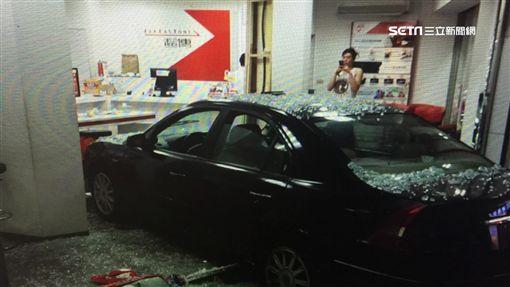酒駕男恍神直撞通訊行 店員遭撞無辜受傷