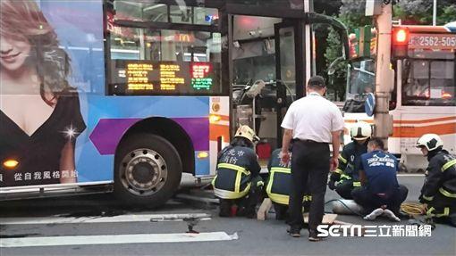 公車,車禍,骨折,南京東路,林森北路,視線死角/記者林敬旻攝影