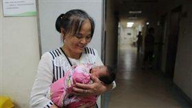 一名清潔工在商場廁所垃圾桶內,救出一名新生兒。(圖/翻攝瀟湘晨報)