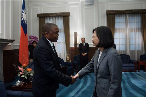 蔡英文總統接見來台參加國慶大會的聖露西亞參議長丹尼爾及眾議長施朵瓊。(總統府提供)