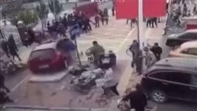女駕駛開車瘋狂打轉衝撞人群,恐怖18秒。(圖/翻攝我在現場ilive)