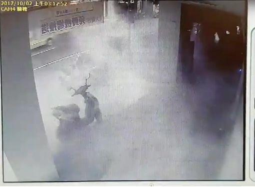 警方調閱監視器時發現滅火器噴出的白煙瀰漫整個畫面。(圖/翻攝畫面)