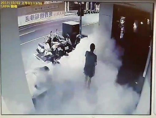 施男猶如韓國鬼怪片一般突然從煙霧中現身。(圖/翻攝畫面)