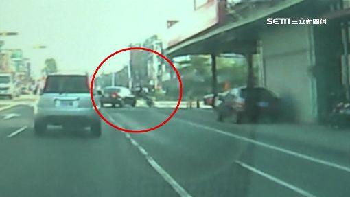 轎車急切右轉撞車 騎士翻滾險掉落大排