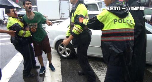 伊朗籍男子瓦希德,當街毆打信義分局警員,介壽所警員獲報趕往支援,亦遭瓦希德鐵頭功伺候,最後動用10名警力才將他逮捕,訊後依妨害公務及傷害罪送辦(翻攝畫面)