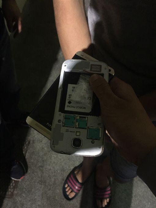 警方在邱男手機背殼內發現1小包毒品。(圖/翻攝畫面)