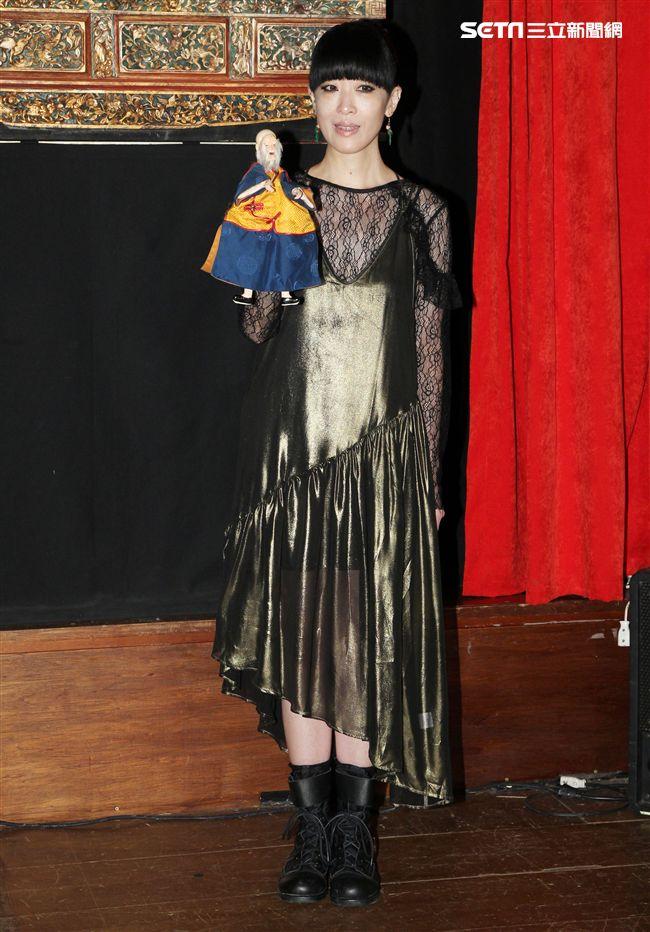 陳珊妮霸氣回歸新輯神級製作,布袋戲操偶師處女秀戲說傀儡人生。(記者邱榮吉/攝影)