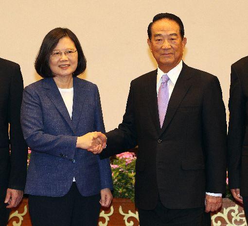 總統宣布宋楚瑜再任APEC領袖代表今年亞太經濟合作會議(APEC)經濟領袖會議將於11月10日到11日在越南峴港市舉行,總統蔡英文(左)12日下午在總統府舉行記者會宣布,親民黨主席宋楚瑜(右)再任今年APEC領袖代表。中央社記者張皓安攝 106年10月12日