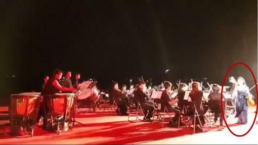 國慶煙火音樂會,雨備,首席,馮楚軒,小提琴,尊重,離席圖/翻攝自Ya Huan Chuang臉書