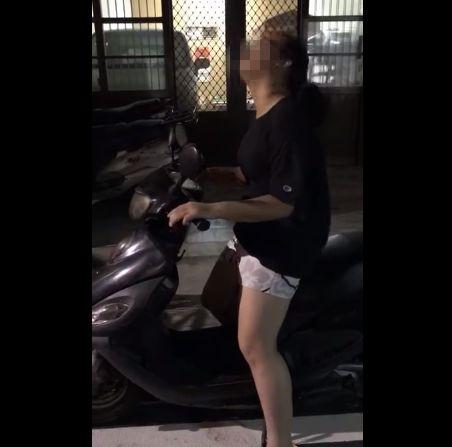 壞心爸爸整女兒,教發動機車引擎要先手刀敲龍頭。(圖/翻攝YouTube)