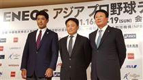 台日韓三國總教練洪一中(中)、稻葉篤紀(左)和宣銅烈(右)今日在日本東京參加亞冠賽記者會。(圖/中職提供)