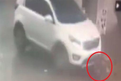 2歲男童被車輾過,竟自己站起來跑回家睡著。(圖/翻攝澎湃新聞)