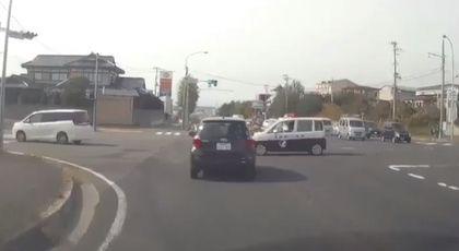 日本,警車,車禍,翻覆,緊急事故,推特 圖/翻攝自YouTube