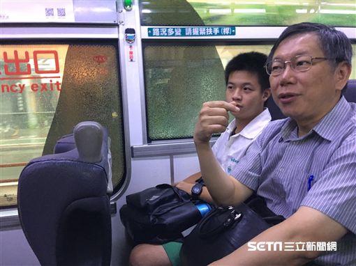 柯文哲搭公車上班 盧冠妃攝