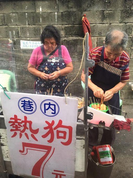 台中,攤販,老夫妻,熱狗(圖/翻攝自爆廢公社)