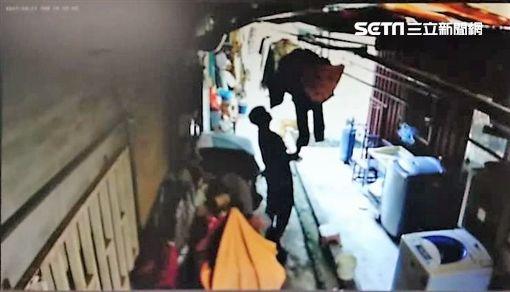 簡姓工人因熱愛迷彩褲,忍不住竊取工地附近公寓的褲子,不到24小時便遭查獲,訊後依竊盜罪移送法辦(翻攝畫面)