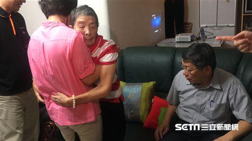 「台北扶老」記者會 柯文哲視察歐陽奶奶家 /長者無障礙廁所 盧冠妃攝