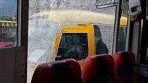 公車,內湖,砸破,車窗,玻璃,破洞 (圖/翻攝自爆料公社)