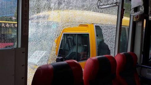 公車,內湖,砸破,車窗,玻璃,破洞(圖/翻攝自爆料公社)