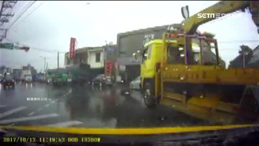 違規逆向險撞車 雙方馬路上當眾嗆聲