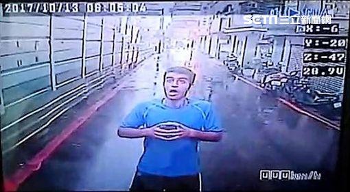 伊朗男瓦希德下雨天在路中央祈禱,遭到公車司機下車勸阻,結果他不但出拳毆傷司機,還再度攻擊前來處理的警察,警方訊後將他依傷害及妨害公務罪送辦(翻攝畫面)