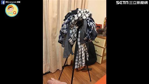 女友用一堆衣服來藏鏡頭。(圖/翻攝自阿Q verycute臉書)