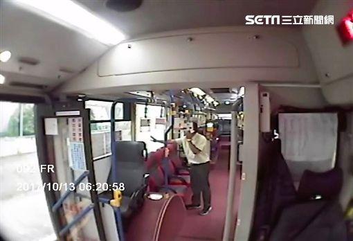 台北市大南客運藍27線公車玻璃突然破裂,網友上《爆料公社》宣稱有砸窗怪客,經客運公司調閱行車紀錄器後發現,根本是烏龍一場,當時街上空無一人,玻璃應是熱脹冷縮導致碎裂(翻攝畫面)