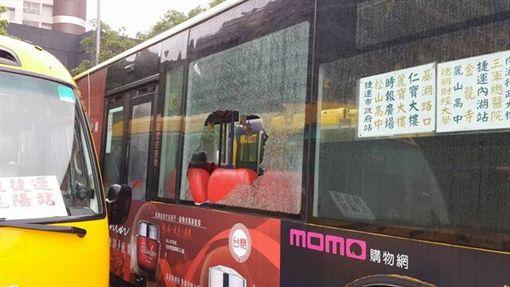 台北市大南客運藍27線公車玻璃突然破裂,網友上《爆料公社》宣稱有砸窗怪客,經客運公司調閱行車紀錄器後發現,根本是烏龍一場,當時街上空無一人,玻璃應是熱脹冷縮導致碎裂(翻攝《爆料公社》)