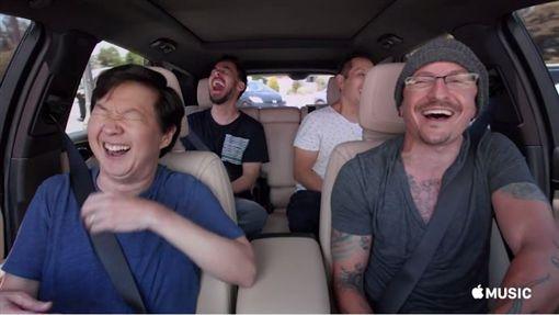 聯合公園主唱查斯特班寧頓(Chester Bennington)上實境秀《兜風KTV》(英文:Carpool Karaoke)。(圖/翻攝自AppleMusic臉書)