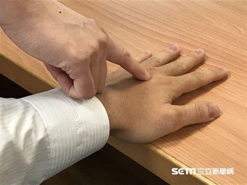 落零五:位於手背第二、三掌指關節基向後(手腕方向)0.5寸左右,每天早晚各按一次,每次3-5分鐘。(圖/台北慈濟醫院提供)