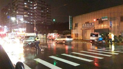 新北市八里區兩車追撞,其中1輛失控撞上一旁民宅。(圖/翻攝畫面)