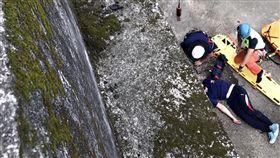 新竹消防常訓 隊員不慎摔落水溝重傷(1)新竹縣政府消防局13日進行「繩索架設」訓練,一名陳姓隊員疑要跨過訓練場域的大水溝護欄時,不慎踩到青苔,滑落1.5層樓高的水溝地面,造成身上多處骨折,所幸無生命危險。(新竹縣政府消防局提供)中央社記者魯鋼駿傳真 106年10月13日