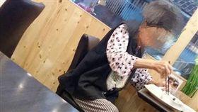 16:9 「我付錢了嗎?」失智婆婆緊張用餐 老闆竟說謊騙人 圖/翻攝自基隆人臉書 https://www.facebook.com/groups/Keelungpeople/permalink/10154821469792595/