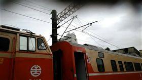台鐵簡訊》09:18起樹林=樹調間(小運轉線)電車線斷落,電車線垂落至西正線上,418次停於東西正線橫渡線上。(圖/台鐵提供)