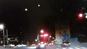 群眾駕車違規闖紅燈左轉。(圖/翻攝畫面)