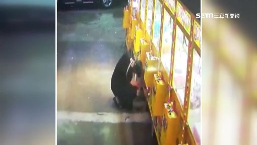 竊盜二人組專偷娃娃機 剪斷鎖頭掃光硬幣
