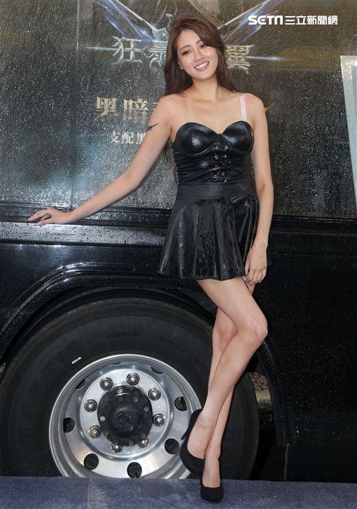 賴琳恩深V美背S曲線解放好身材,化身最「性感直播主」女王姿態驚喜現身。(記者邱榮吉/攝影)