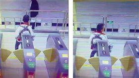 大陸地鐵有一位婆婆要進站刷卡,懶得拿出乘車卡,直接背對感應閘門用後背包不斷搖擺(圖/翻攝自《武漢地鐵運營》微博)
