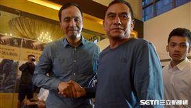 朱立倫與《翻越之後》紀錄片已故攝影工作者胡慧軒父親合影_新北市政府