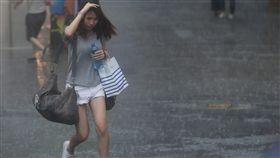 台北大雨(1)中央氣象局12日上午8時左右發布豪雨特報指出,東北風及熱帶性低氣壓外圍雲系影響,大台北地區有局部大雨發生的機率。台北西門町降大雨,民眾躲避不及淋成落湯雞。中央社記者吳家昇攝  106年10月12日
