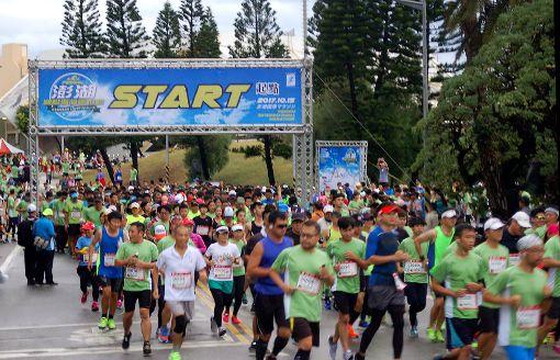 澎湖國際海灣馬拉松賽開跑(2)澎湖國際海灣馬拉松與賽選手15日清晨暖身後,在濕涼的天候下開跑,共計有近3000人參加,鳴槍後選手魚貫出發,場面壯觀。中央社 106年10月15日