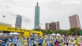 風雨無阻!儘管受到豪大雨襲擊,但被稱為台灣最美的公益路跑–2017第13屆三星公益路跑Run For Children今(15)天仍然如期舉行,兩萬人一起跑出最美好的風景!