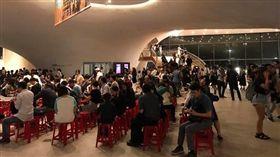 台中國家歌劇院出現上百張紅色塑膠椅,遭學者批評「世界奇觀」。(圖/翻攝陳錦生臉書)