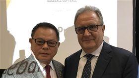 WBSC新任會長法卡利(右)與副會長彭誠浩(左)。(圖/棒協提供)