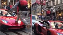 藍寶堅尼,Aventador Superveloce,停車,踩踏,挑釁,奔跑,惡搞,戲碼,真實性 圖/翻攝自IG https://goo.gl/Dfqmqe