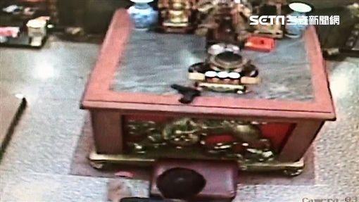 陳男在垃圾桶撿到玩具槍,並在宮廟拜拜擲筊時,將槍直接擺在桌上,離去前還對空鳴2槍,警方循線展開調查,並在陳男再次前來拜拜,當場將人逮捕並帶回訊問(翻攝畫面)