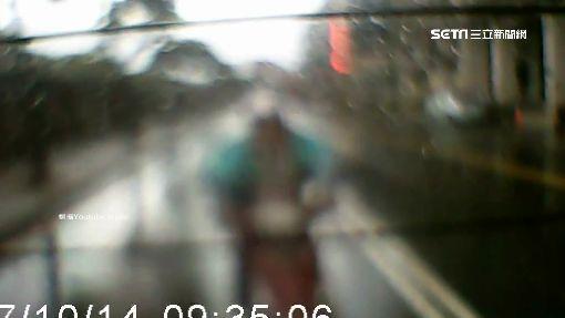等紅燈也被撞! 車尾玻璃噴碎 嚇哭孩子